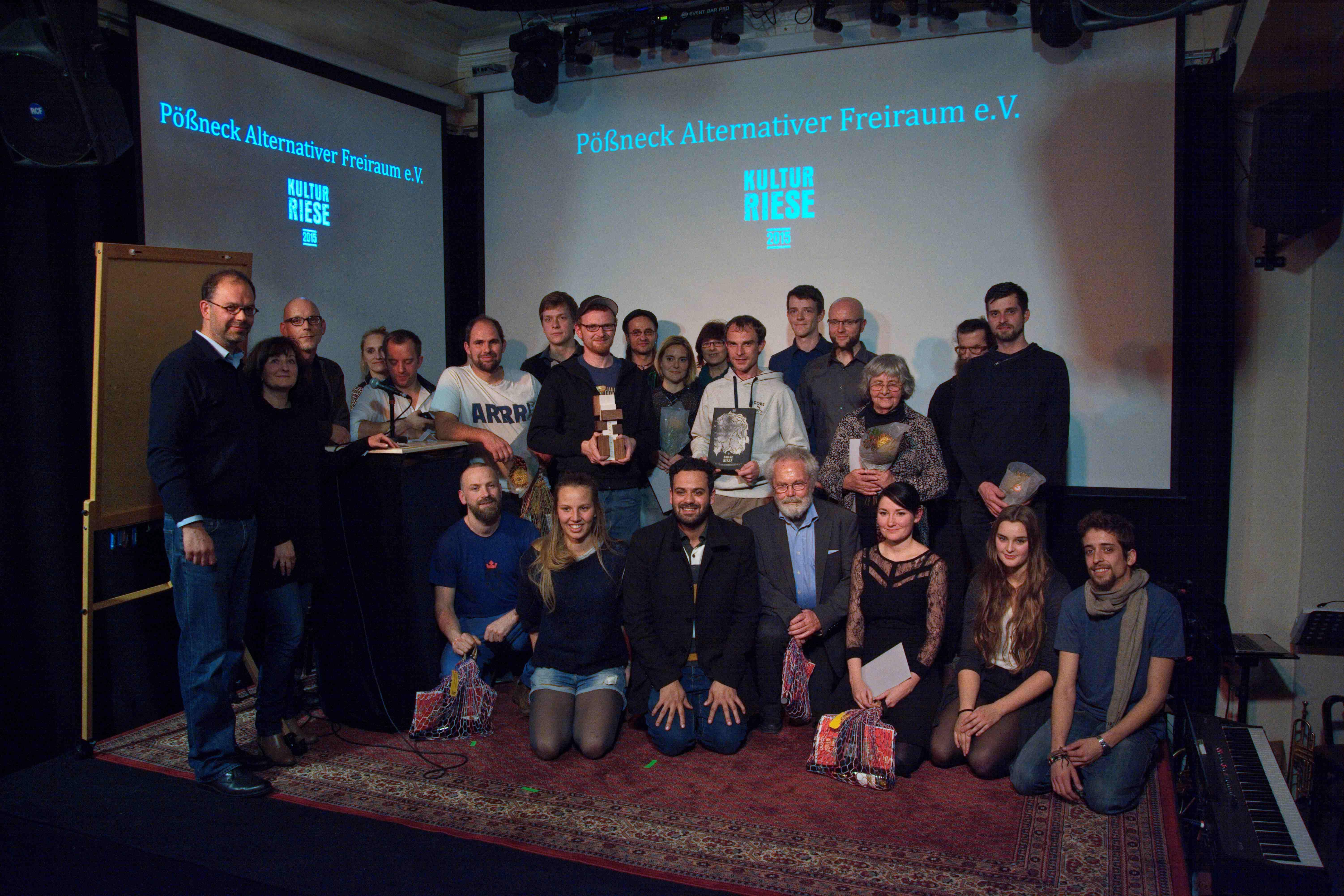 Preisverleihung KulturRiese 2015: Gruppenbild mit allen nominierten Vereinen und Initiativen // Foto: LAG Soziokultur Thüringen / Boris Hajdukovic