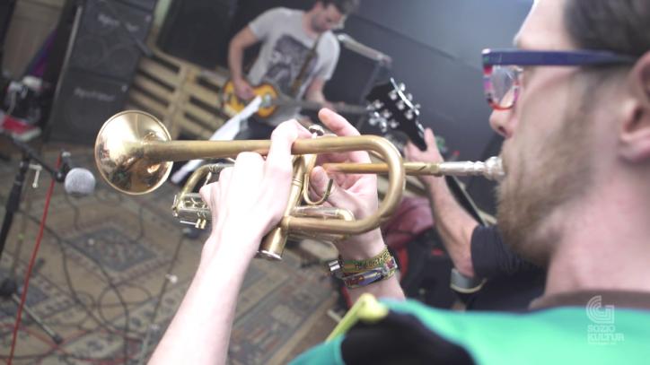 Mann spielt Trompete in Proberaum